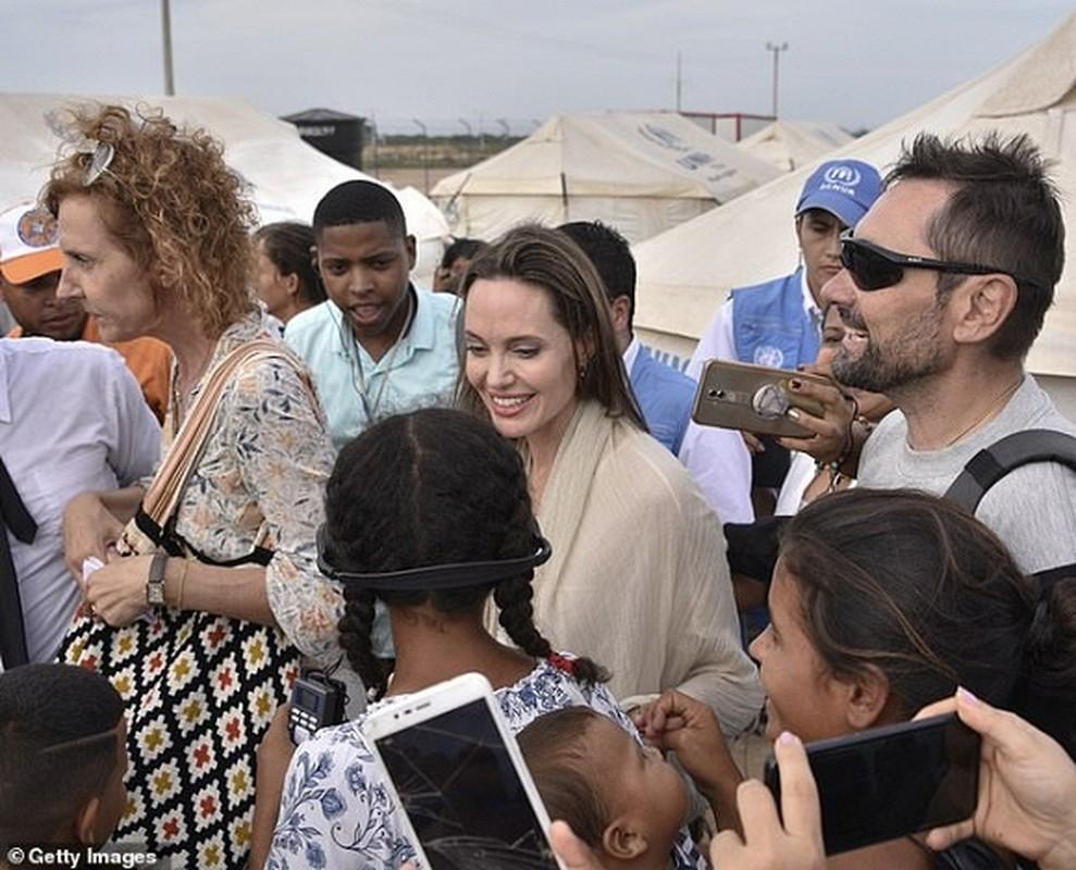 Angelina Jolie hanh dong soc khi di cung cac con-Hinh-6