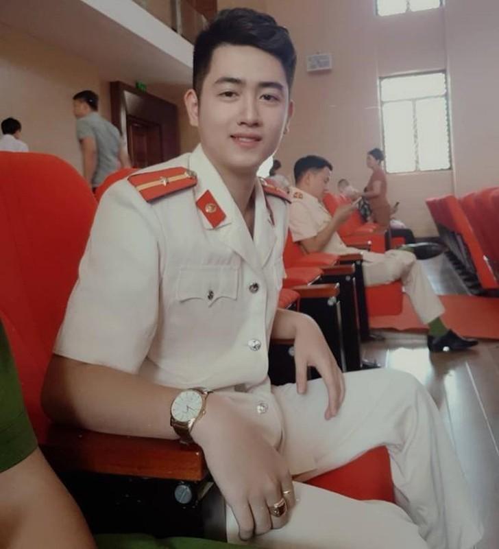Hot boy canh sat noi tieng tren mang nho hat hay, dan gioi-Hinh-3