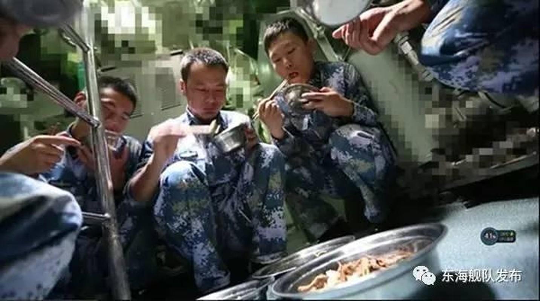 Ngac nhien cach an uong cua linh tau ngam Trung Quoc-Hinh-9
