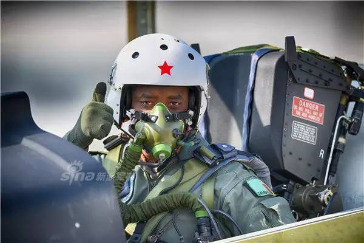 Can canh may bay huan luyen L-15 Trung Quoc ban cho Zambia-Hinh-4