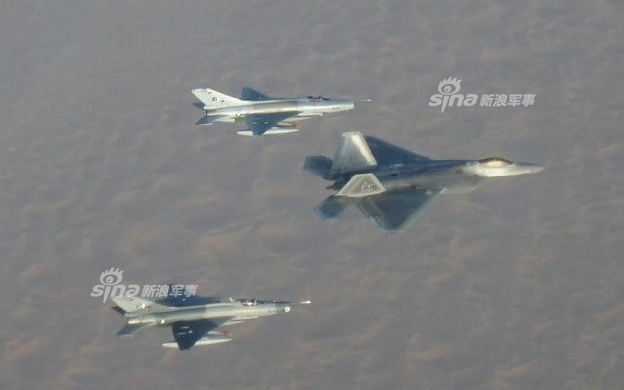 Choang: Tiem kich MiG-21 Trung Quoc sat canh cung F-22 My-Hinh-2