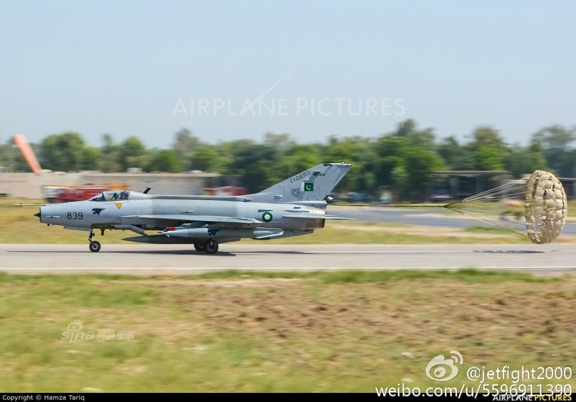 Choang: Tiem kich MiG-21 Trung Quoc sat canh cung F-22 My-Hinh-5