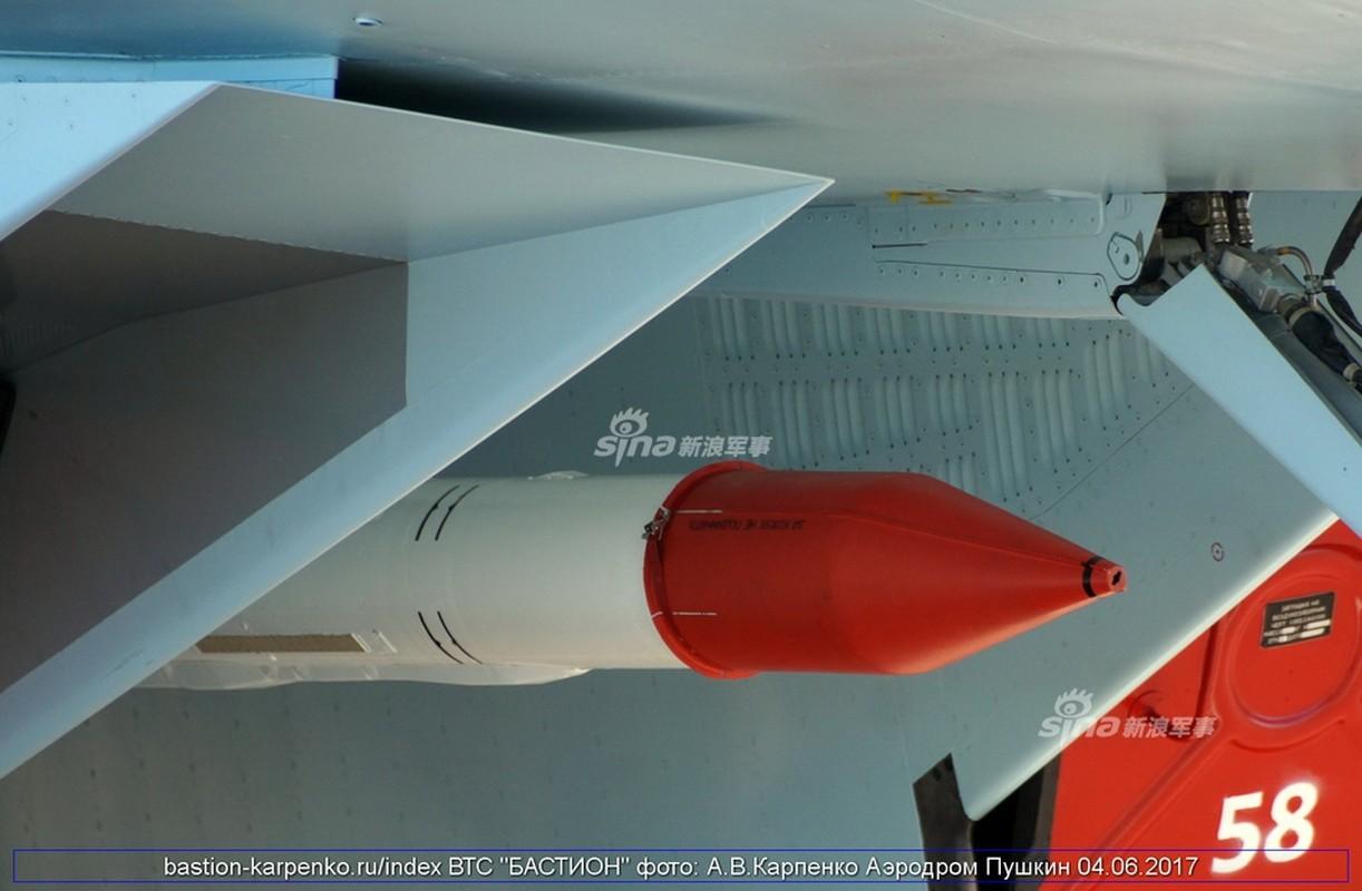 "Nhin gan ten lua ""than sau"" duoi bung tiem kich Su-35"