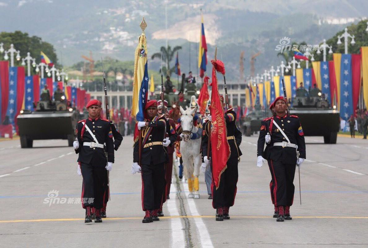 "Man nhan Quan doi Venezuela duyet binh khoe vu khi ""khung""-Hinh-3"