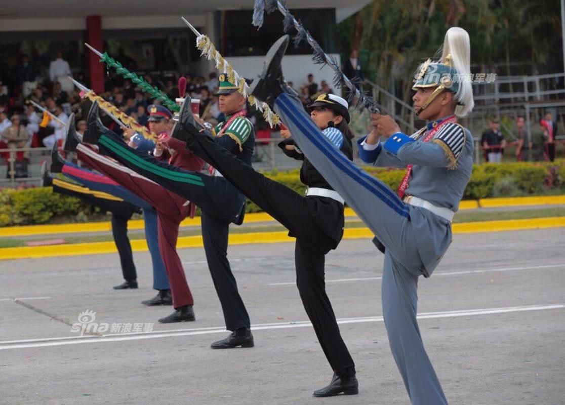 "Man nhan Quan doi Venezuela duyet binh khoe vu khi ""khung"""