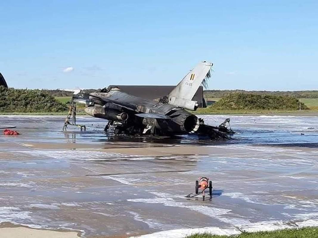 """May bay F-16 phat no, hai """"dong nghiep"""" chet oan-Hinh-2"""