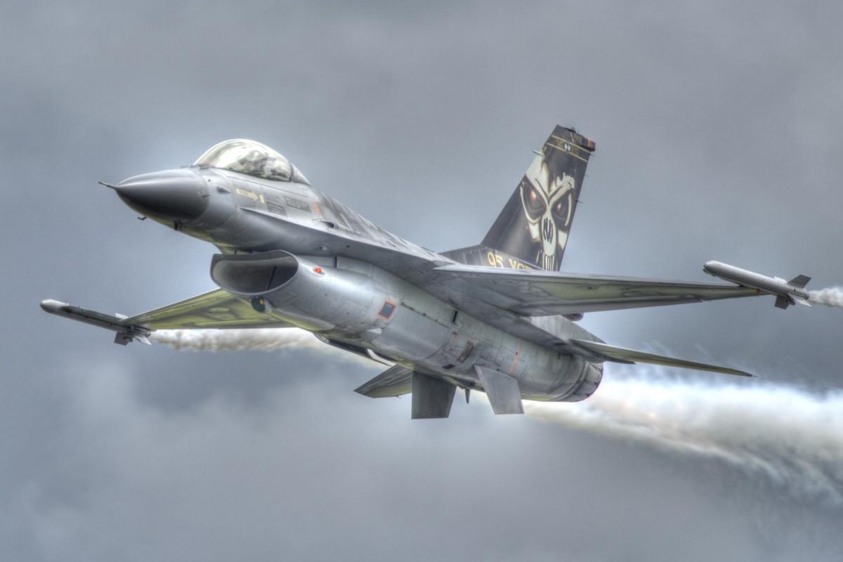 """May bay F-16 phat no, hai """"dong nghiep"""" chet oan-Hinh-9"""