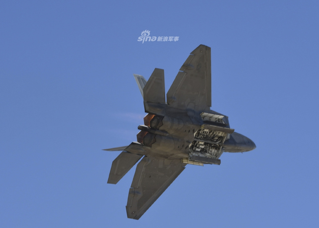 Can canh khoang bom va kha nang mang vac vu khi cua F-22 Raptor-Hinh-5