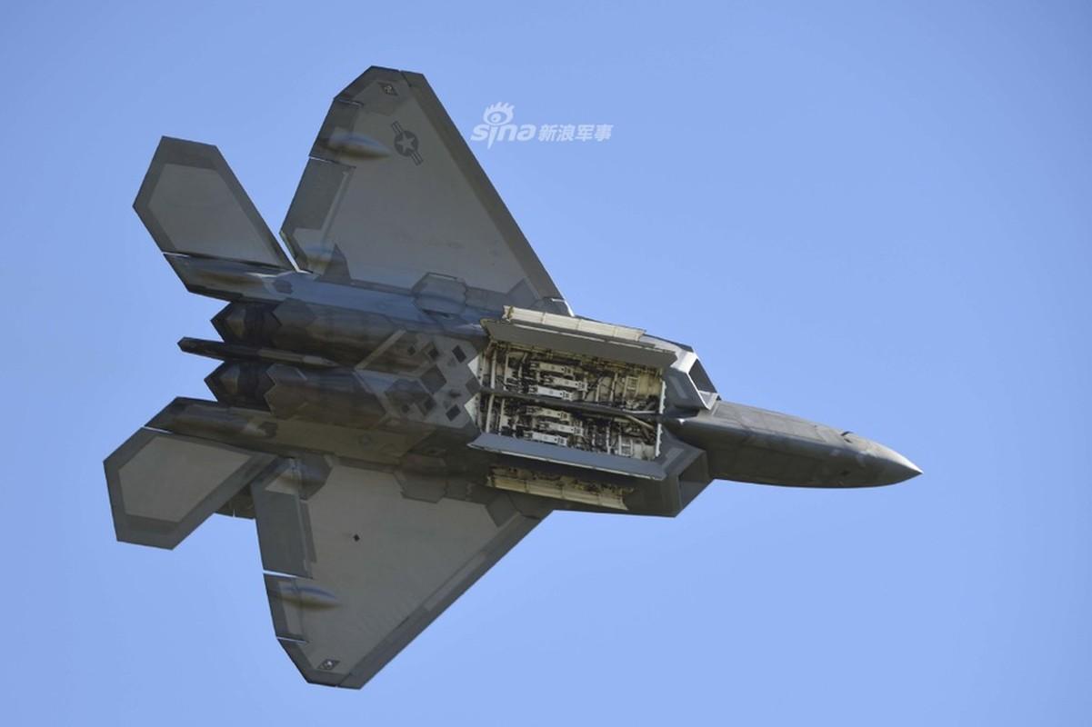 Can canh khoang bom va kha nang mang vac vu khi cua F-22 Raptor