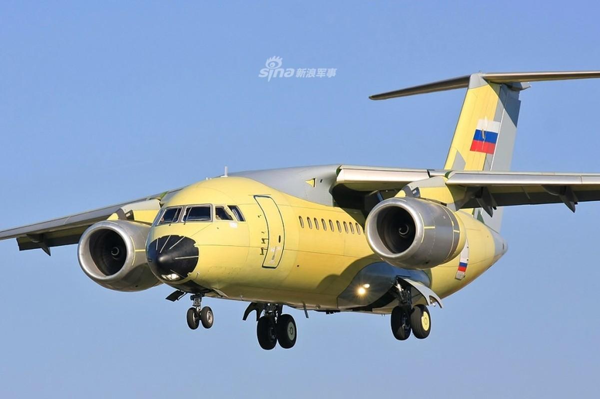 Phot lo Ukraine, sieu van tai co An-148 van tu tin cat canh o Nga
