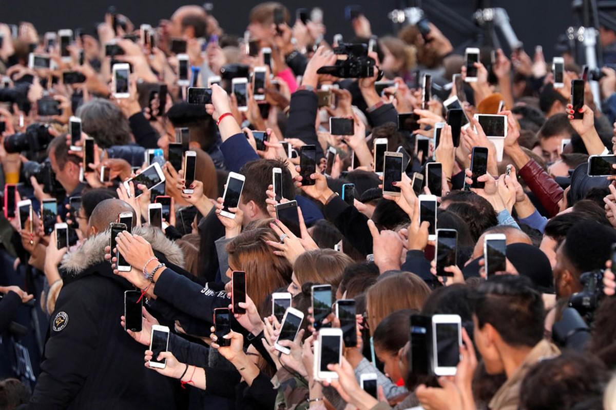 Khi nhan loai nhin the gioi qua lang kinh smartphone