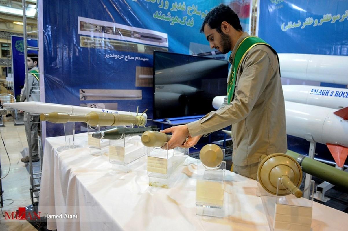Diem mat dan vu khi Iran mang ra khoe sau 40 nam chiu cam van (1)-Hinh-11