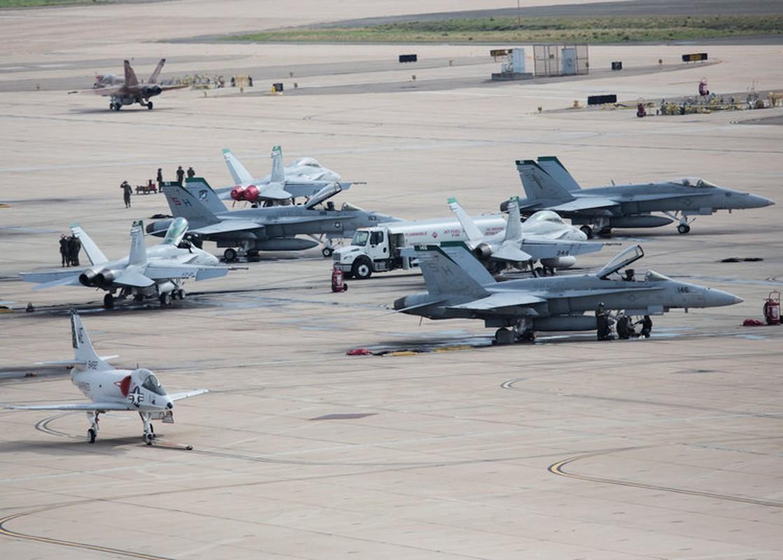 "Bat ngo man chia tay dac biet cua ""than bien"" F/A-18C-Hinh-2"