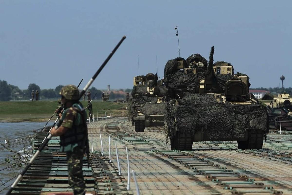 Tron mat xem NATO bac cau phao, vuot song to nhi chau Au