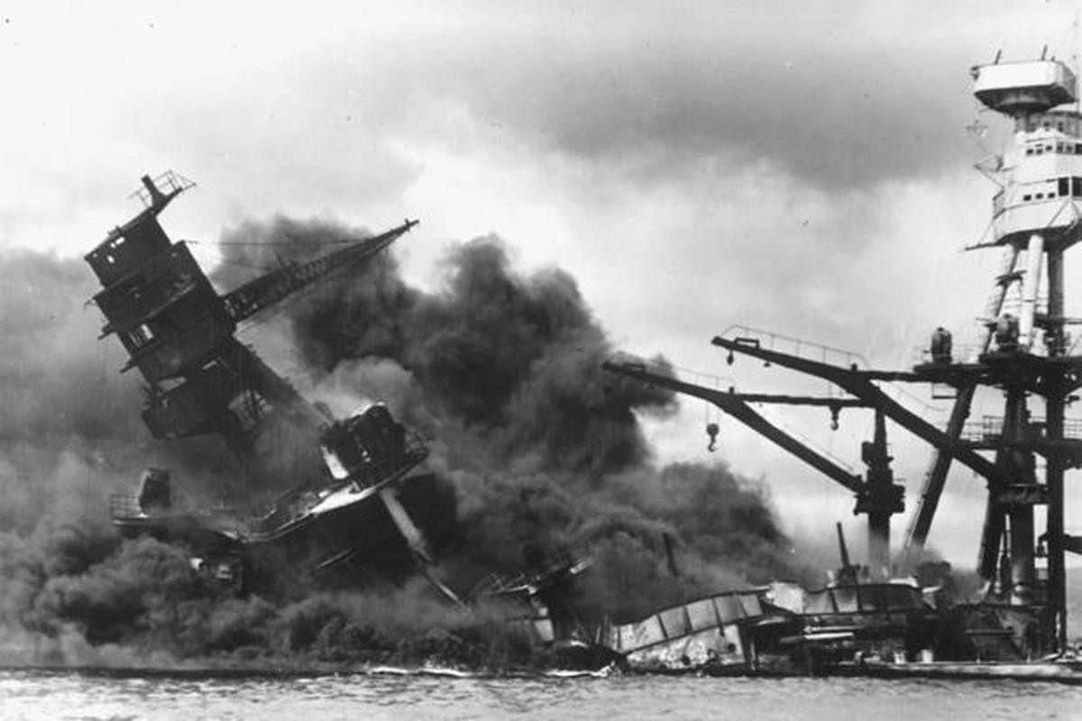 Tho lan hai quan My dung trang phuc cuc di de di vao tau USS Arizona-Hinh-7