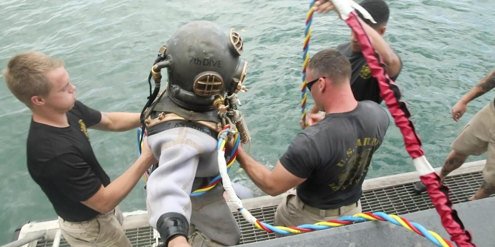 Tho lan hai quan My dung trang phuc cuc di de di vao tau USS Arizona