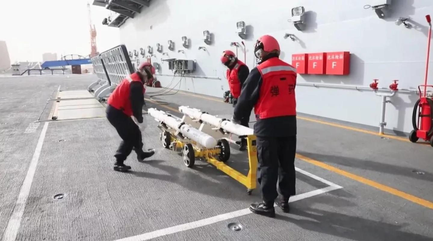 Lan dau lo hinh anh linh Trung Quoc huan luyen tren tau san bay Son Dong-Hinh-12