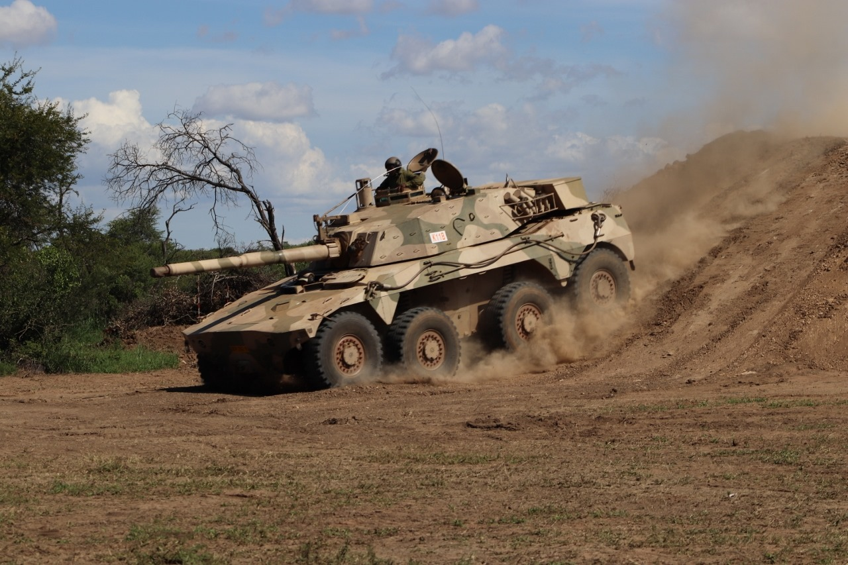 Nam Phi tung binh luc tap tran ram ro chuan bi mung ngay quan doi-Hinh-10