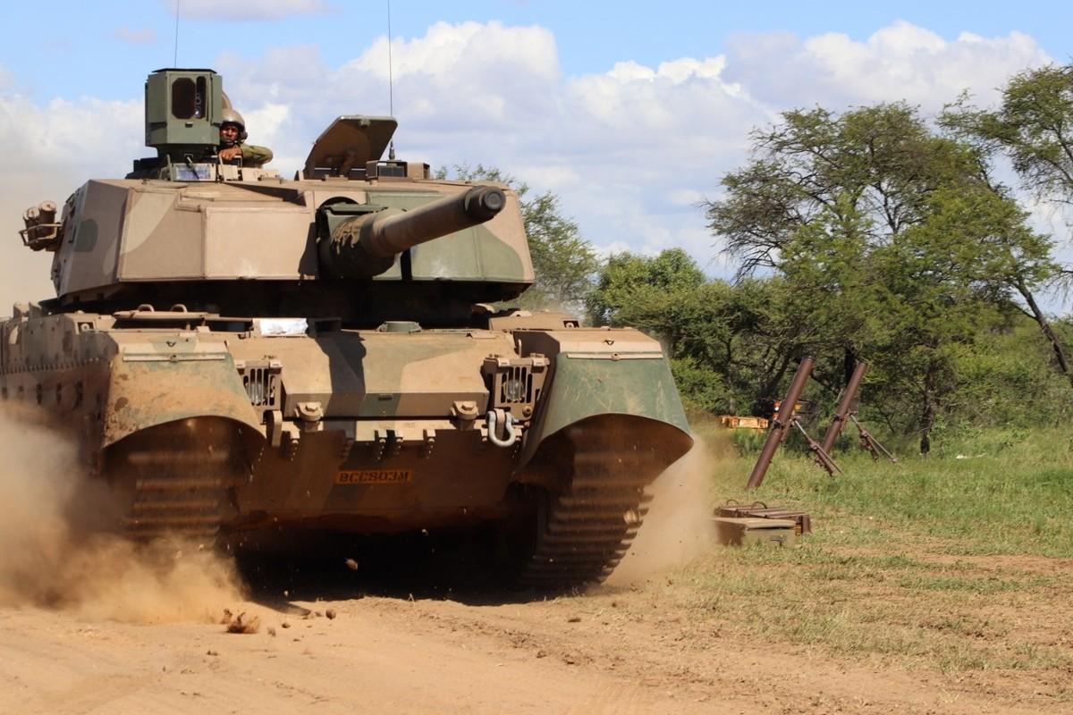 Nam Phi tung binh luc tap tran ram ro chuan bi mung ngay quan doi-Hinh-11