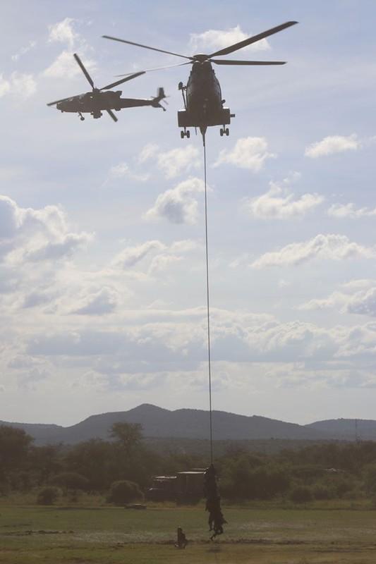 Nam Phi tung binh luc tap tran ram ro chuan bi mung ngay quan doi-Hinh-15