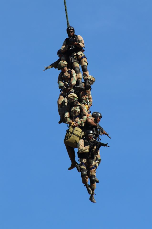 Nam Phi tung binh luc tap tran ram ro chuan bi mung ngay quan doi-Hinh-16