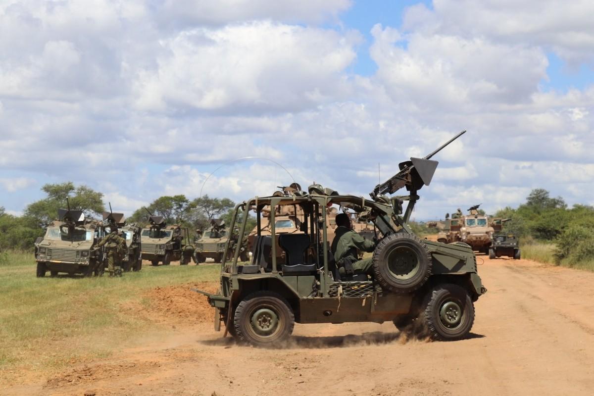 Nam Phi tung binh luc tap tran ram ro chuan bi mung ngay quan doi-Hinh-3
