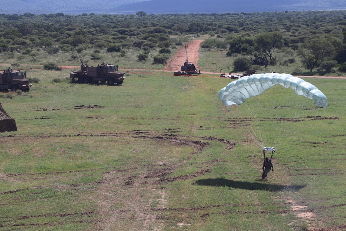 Nam Phi tung binh luc tap tran ram ro chuan bi mung ngay quan doi-Hinh-7