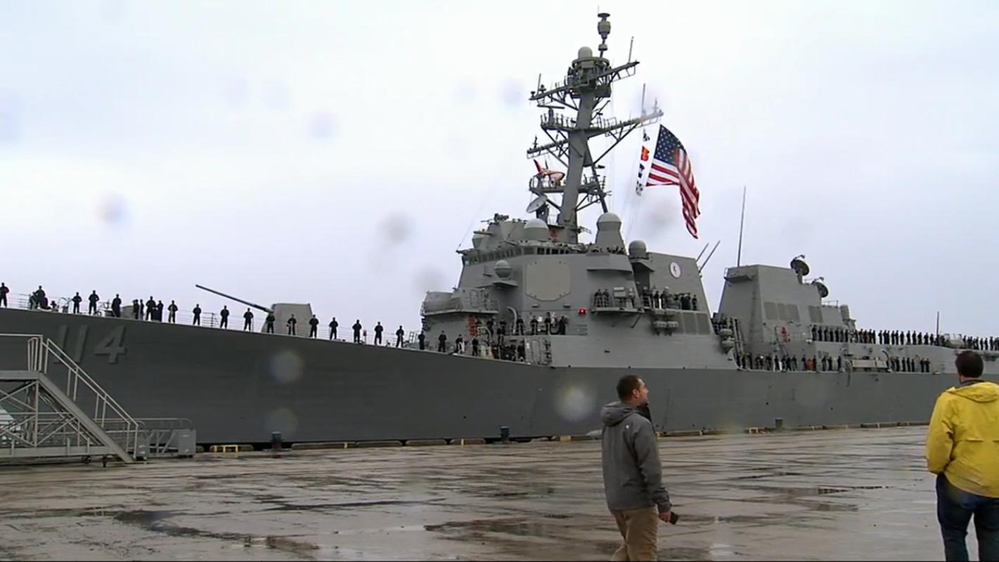 Thuy thu khu truc ham USS Ralph Johnson duong tinh Covid-19, Hai quan My gap kho