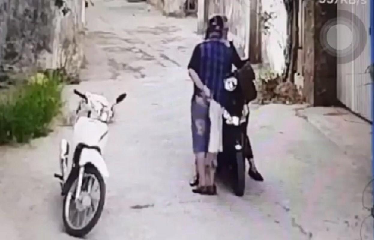 Video: Bi ke dao vao co, co gai khong bo chay va cai ket dau long
