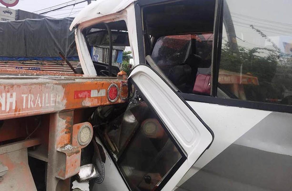 Kinh hoang: Xe khach huc container, tai xe mac ket keu cuu tham thiet-Hinh-5