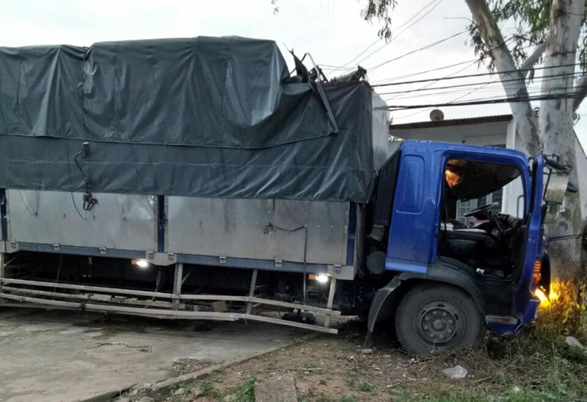 Hien truong kinh hoang xe tai tong container tren QL14-Hinh-5