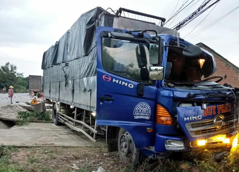 Hien truong kinh hoang xe tai tong container tren QL14-Hinh-6