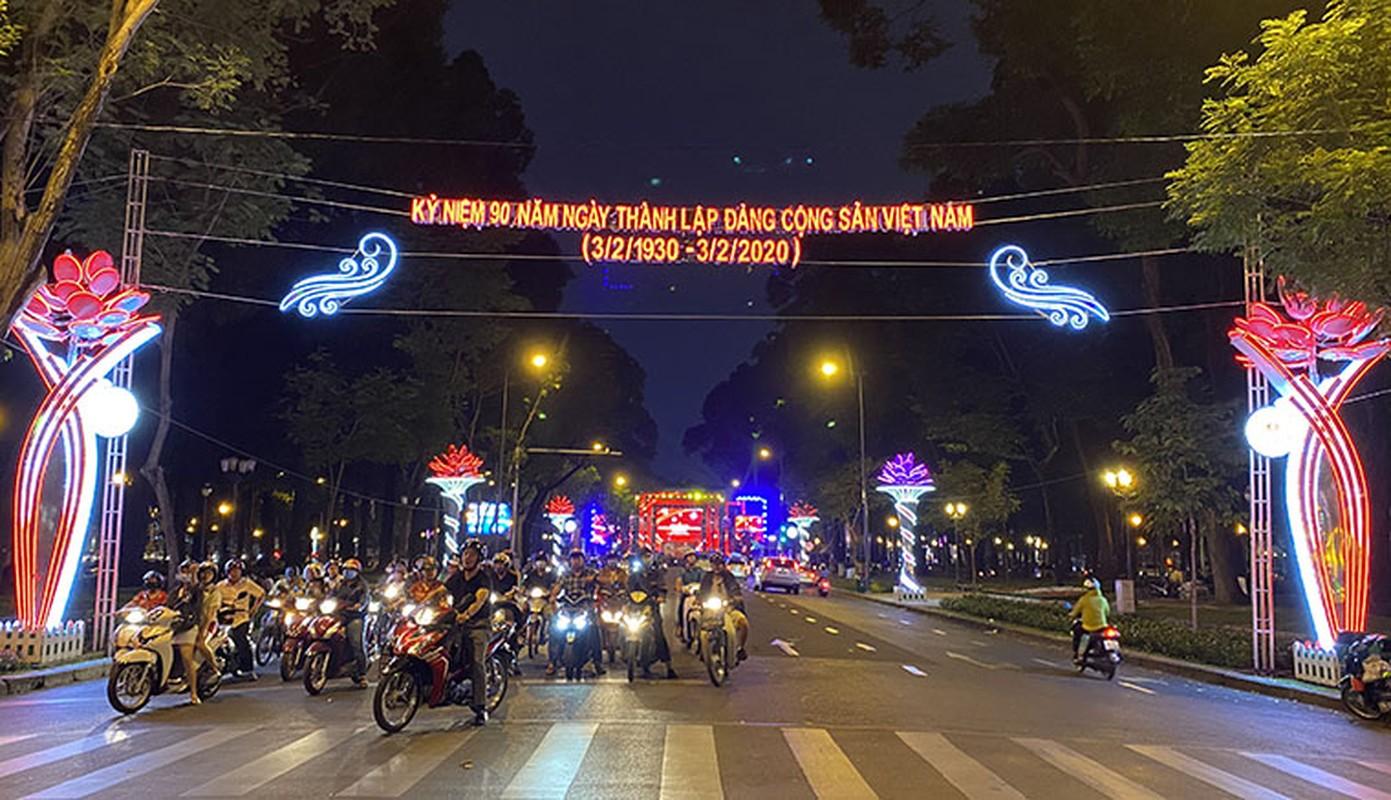 Canh long lay den hoa don chao 2020 o trung tam Sai Gon-Hinh-2