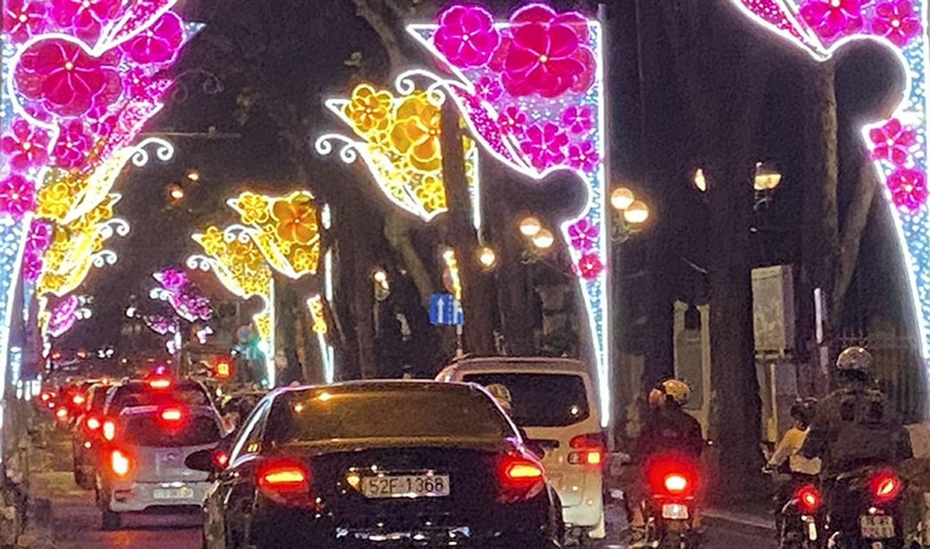 Canh long lay den hoa don chao 2020 o trung tam Sai Gon-Hinh-5