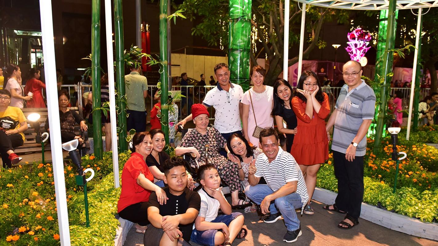 Du khach trang dem tham quan duong hoa Nguyen Hue trong dem khai mac-Hinh-15