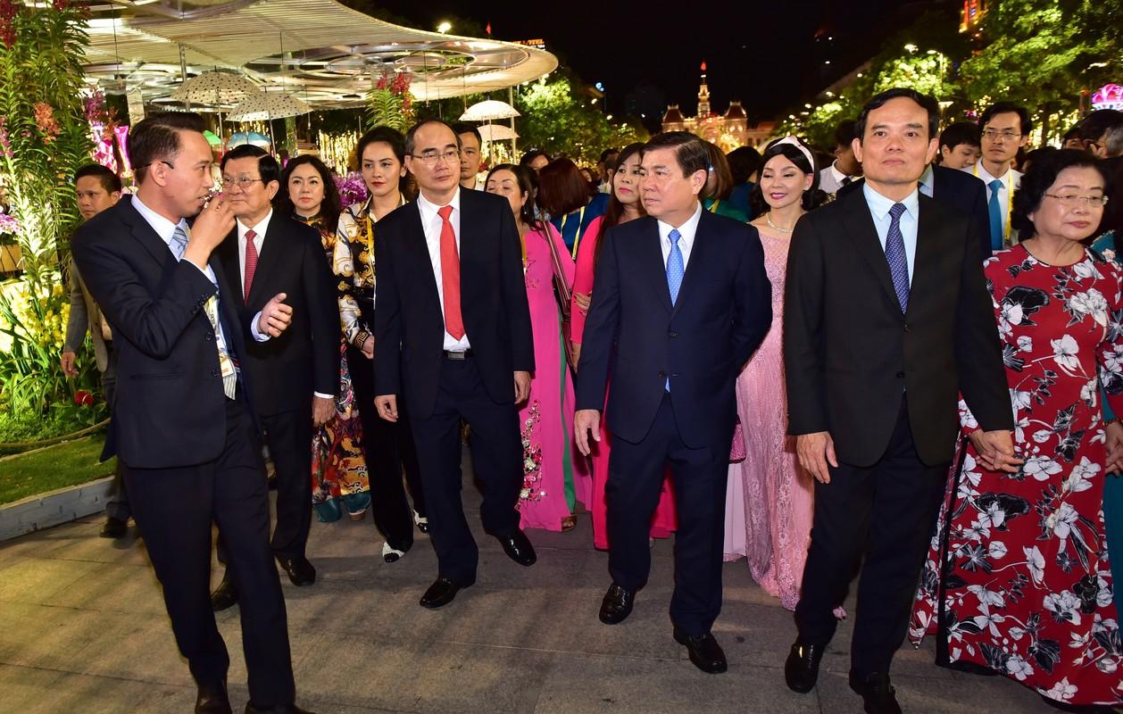 Du khach trang dem tham quan duong hoa Nguyen Hue trong dem khai mac-Hinh-20