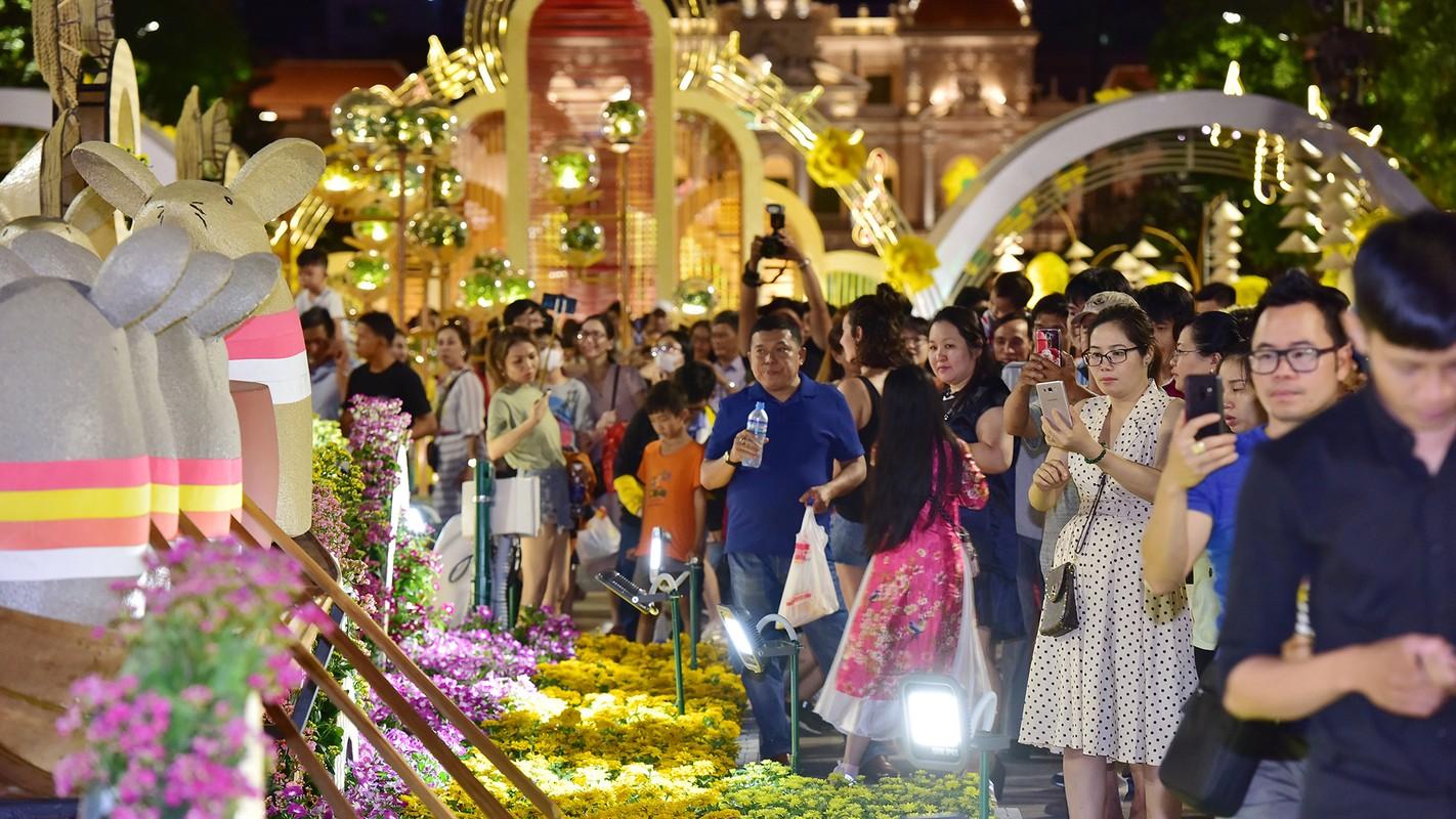 Du khach trang dem tham quan duong hoa Nguyen Hue trong dem khai mac-Hinh-4