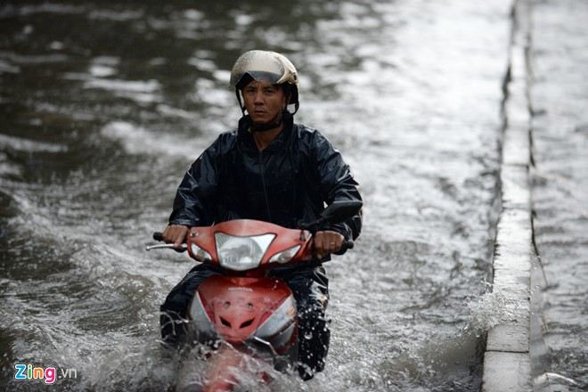 Sai Gon mua khong lon, duong Nguyen Huu Canh van ngap nang-Hinh-3