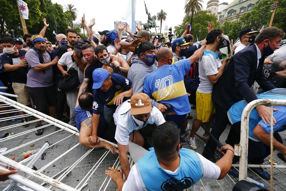 Bao loan xay ra o dam tang huyen thoai Diego Maradona-Hinh-7