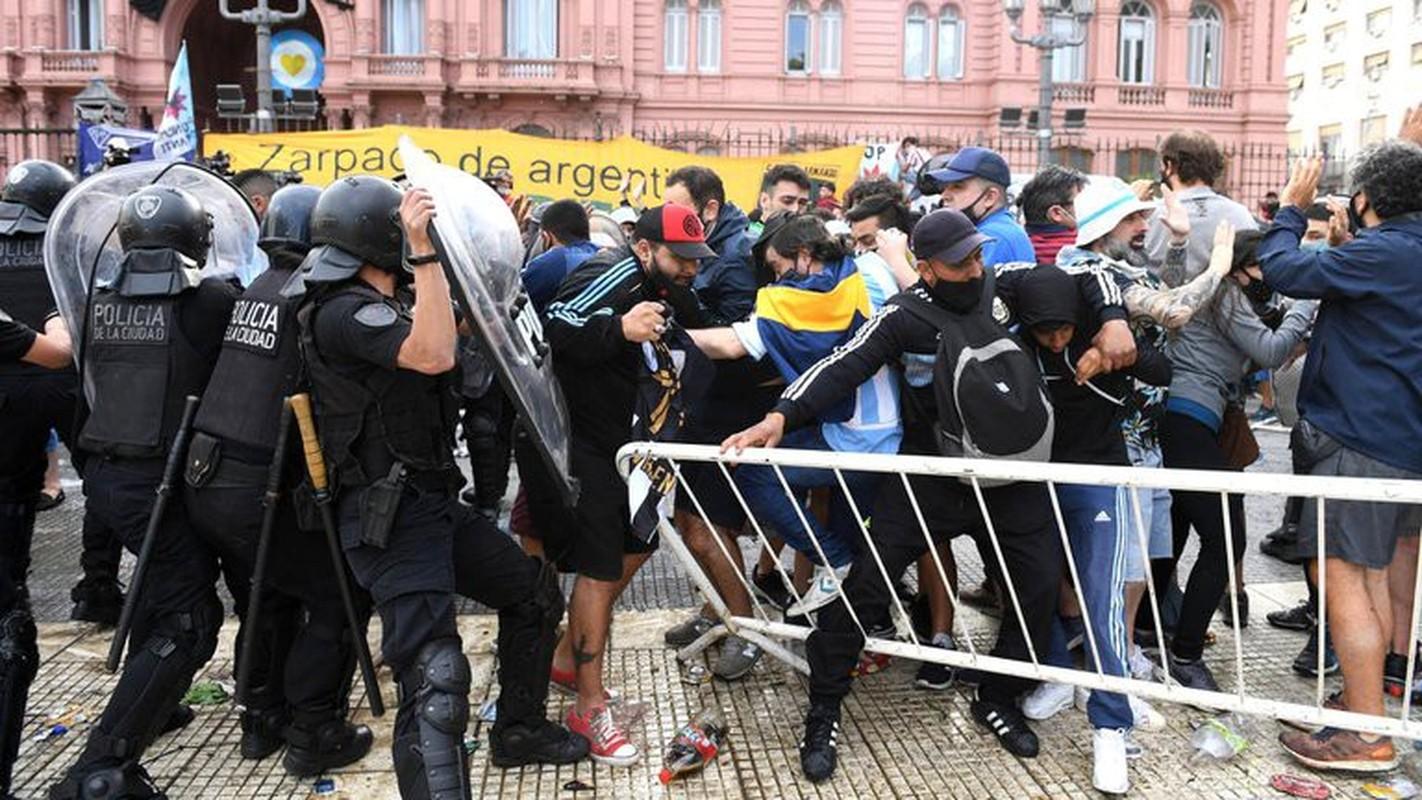 Bao loan xay ra o dam tang huyen thoai Diego Maradona-Hinh-9