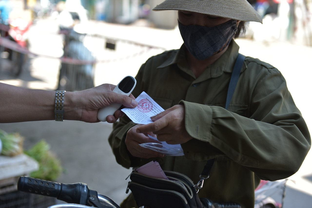 Ha Noi phat the di cho theo ngay chan le, nguoi dan thoai mai chon do-Hinh-4