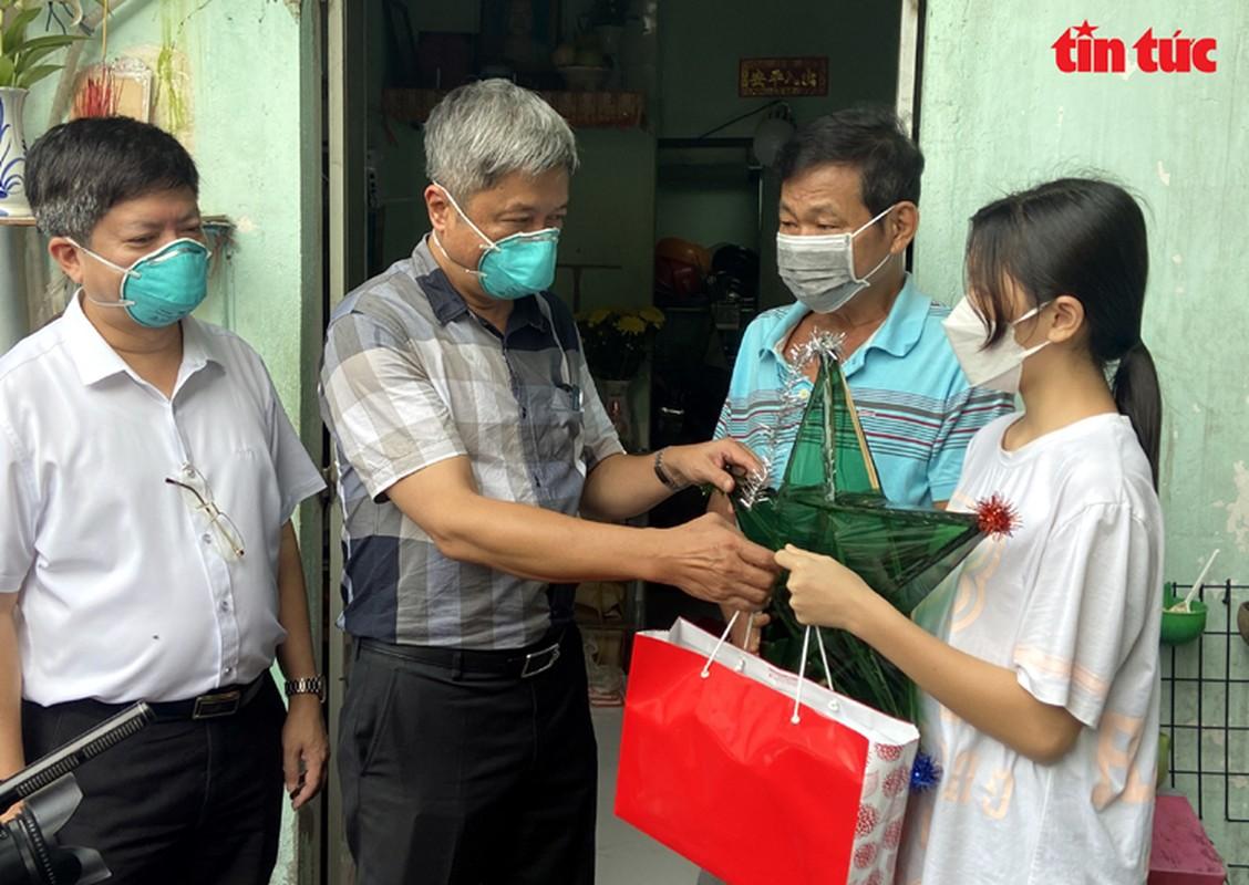 Thu truong Nguyen Truong Son tang qua Trung thu cho cac thieu nhi mo coi do dich COVID-19-Hinh-3
