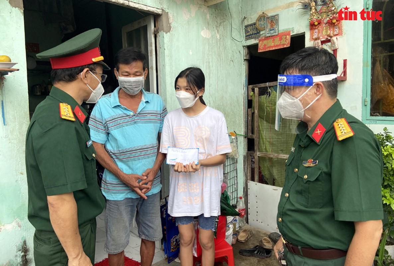 Thu truong Nguyen Truong Son tang qua Trung thu cho cac thieu nhi mo coi do dich COVID-19-Hinh-4