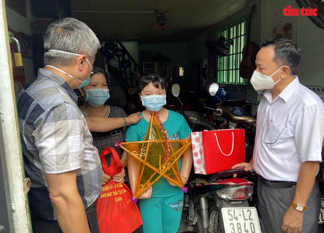 Thu truong Nguyen Truong Son tang qua Trung thu cho cac thieu nhi mo coi do dich COVID-19-Hinh-6
