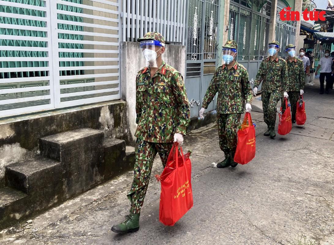 Thu truong Nguyen Truong Son tang qua Trung thu cho cac thieu nhi mo coi do dich COVID-19-Hinh-7