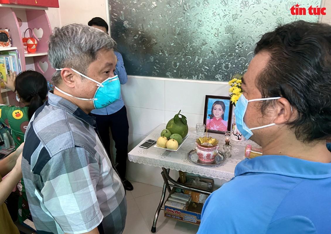 Thu truong Nguyen Truong Son tang qua Trung thu cho cac thieu nhi mo coi do dich COVID-19