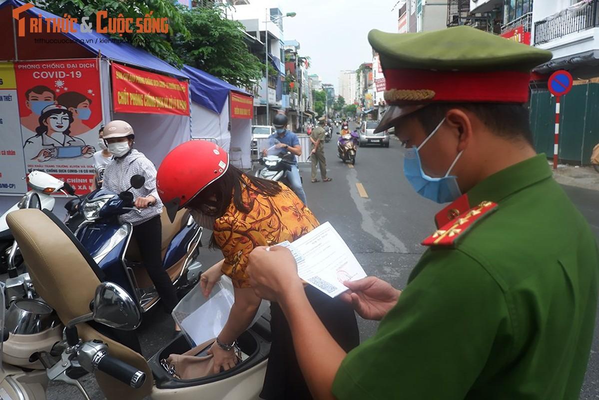 Bac Tu Liem: Chot COVID-19 phat hien nguoi dung giay QRcode khong hop le-Hinh-10