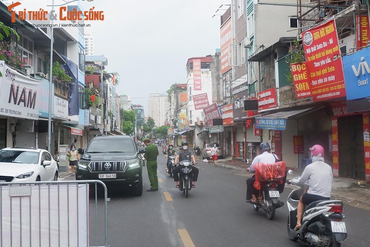 Bac Tu Liem: Chot COVID-19 phat hien nguoi dung giay QRcode khong hop le-Hinh-11