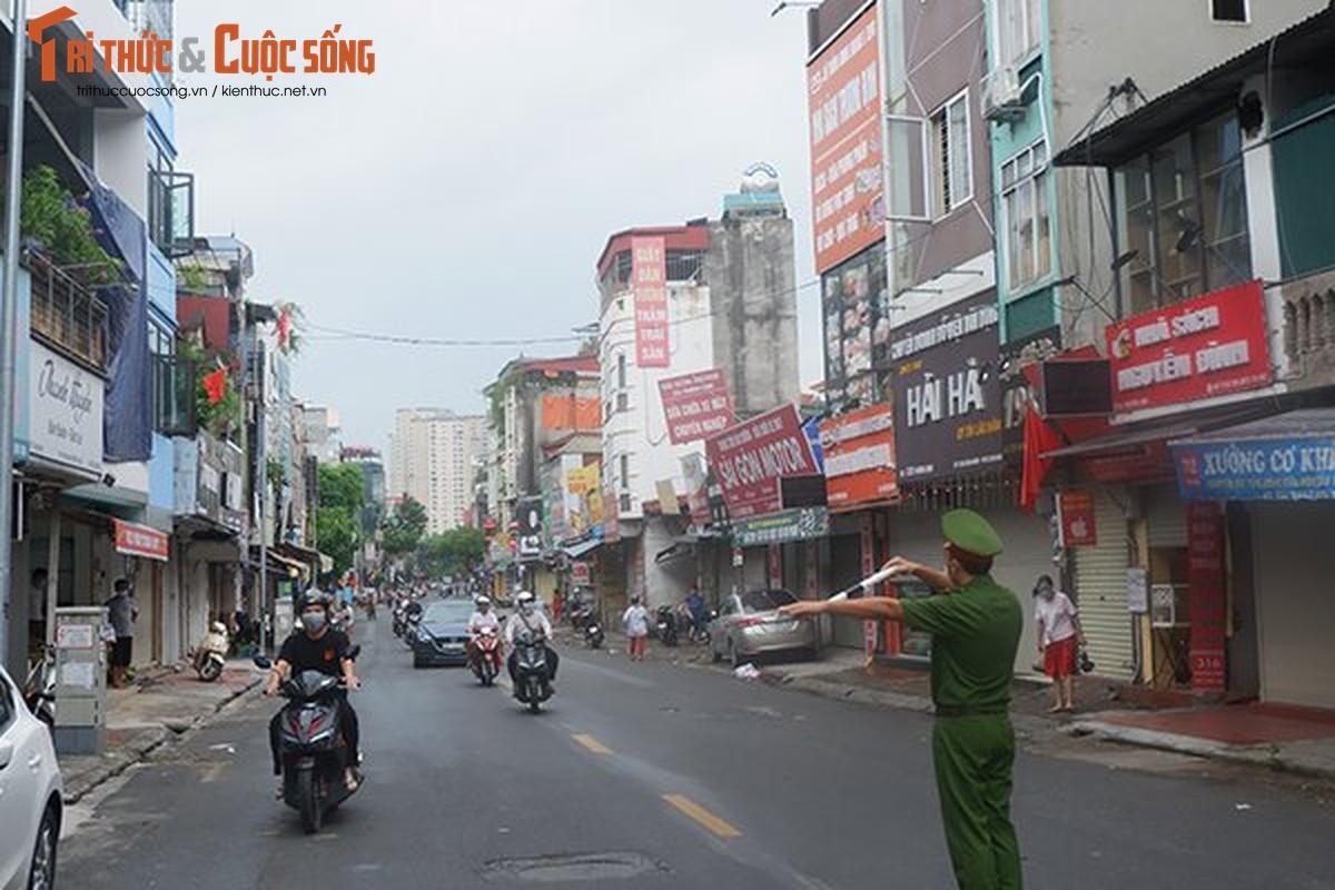 Bac Tu Liem: Chot COVID-19 phat hien nguoi dung giay QRcode khong hop le-Hinh-9