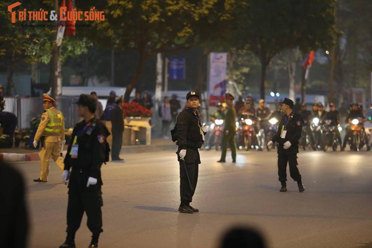 Doan xe don Tong thong Donald Trump roi khach san Marriott di san bay Noi Bai-Hinh-16